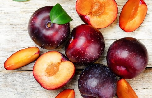 low sugar fruit - plum